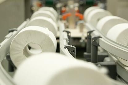 機密文書がリサイクル原料となり、リサイクル製品として活用